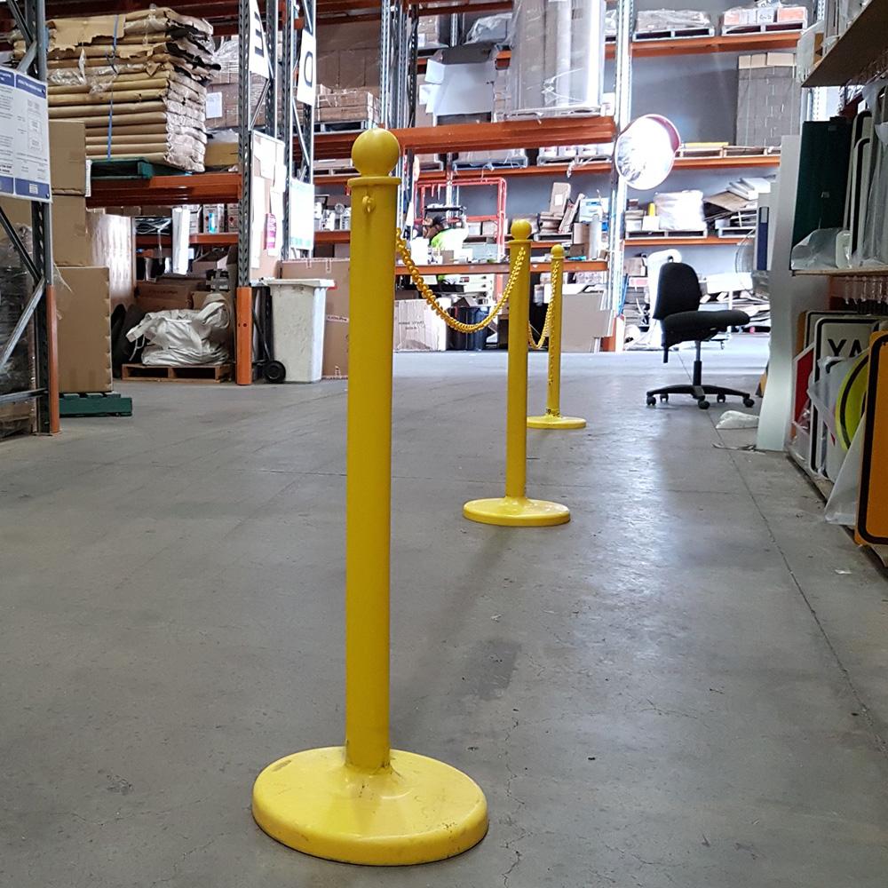 желтые пластиковые дорожные столбики